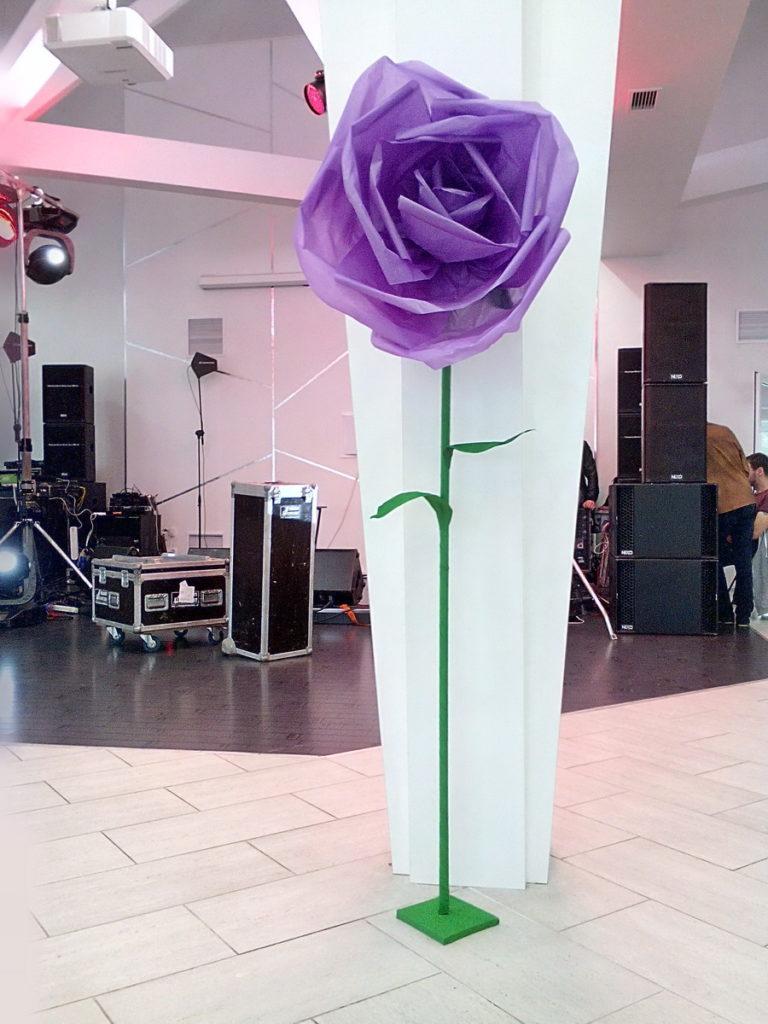 Оформление свадьбы большими бумажными цветами