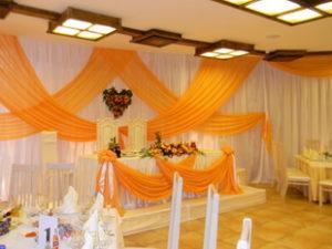 Ткань часто используют в свадебном декоре. Изысканная и роскошная, ткань как будто создана для свадебного декора. Учитывая многообразие видов ткани,