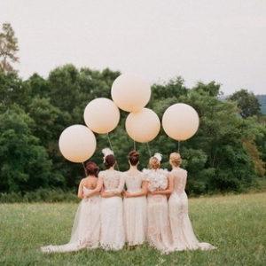 Использовать большие воздушные шары, для свадебной фотосессии это великолепная идея. Ведь для многих воздушные шары ассоциируются с радостью и счастьем.