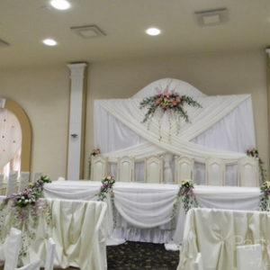 При оформлении свадьбы проходившей в ресторане «Бир Рулька» на ВДНХ, предпочтение было отдано белому цвету, символу чистоты и невинности. Превратить
