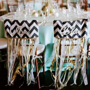 Декор стульев, часто является одной из самых недооцененных деталей. Между тем, при правильном украшении можно даже обычный складной стул превратить