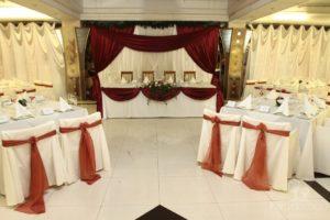 [su_heading]Зимняя свадьба.[/su_heading] Эта свадьба проходила зимой, и для ее украшения мы добавили немного зимных элементов. Декорировали номера столов лапников и