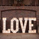 Большие светящиеся буквы для украшения свадьбы