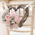 7 идей украшения свадебных стульев.