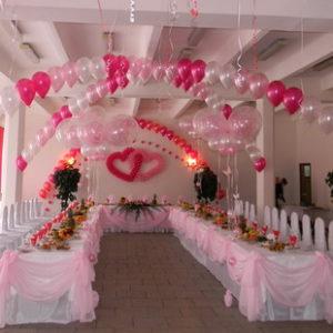 Для многих молодожёнов день свадьбы это реализация мечты. Есть в этом что-то волшебное, сказочное. Мы украсили свадебный зал в кафе