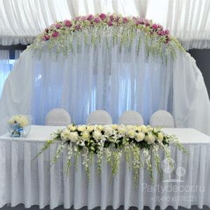 Декор тканью по праву можно назвать самым стильным способом украшения свадебного зала. Драпировка мгновенно придает любому помещению особый шарм