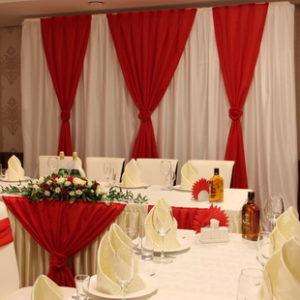 Часто к нам обращаются молодые пары для украшения свадьбы, и обычно уже имеют определённые пожелание относительно места проведения торжества и