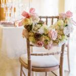Идеи декорирования свадебных стульев
