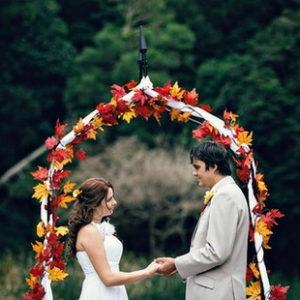 Осенние свадьбы великолепны! Я люблю очаровательны осенние цвета, такие, как оранжевый, желтый, зеленый и бордовый. Падающие листья служат источником вдохновения,