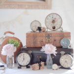 Старые часы, в свадебном декоре.